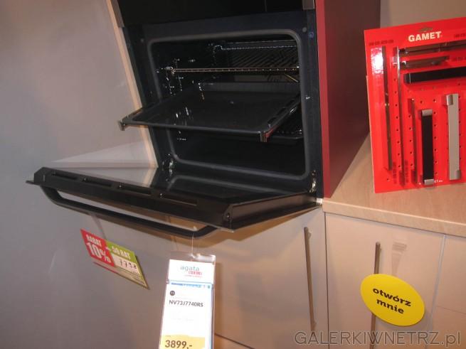 W kuchni zastosowano piekarnik Samsung model NV73J7740RS, w kolorze srebrnym. Piekarnik ...