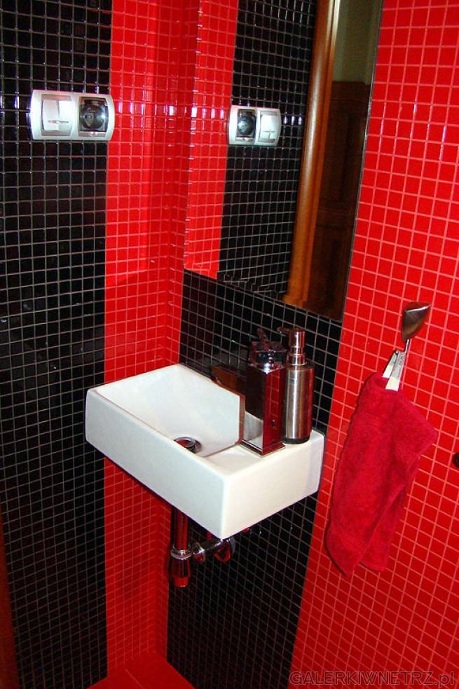 Czerwień w łazience i czerwone dodatki. Prostokątna umywalka szerokości 40 cm producenta ...