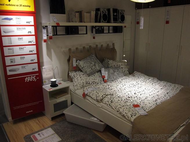 Zestaw sypialnia biały zaproponowany przez stylistów Ikea: rama łóżka, szafa na ...