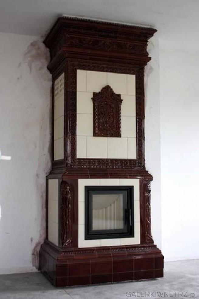 Secesyjny kominek, który został unowocześniony. Stare drzwiczki piecowe zostały ...