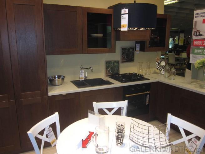 Aranżacja kuchni w klasycznym stylu, z dominującym brązem. Fronty wszystkich szafek ...