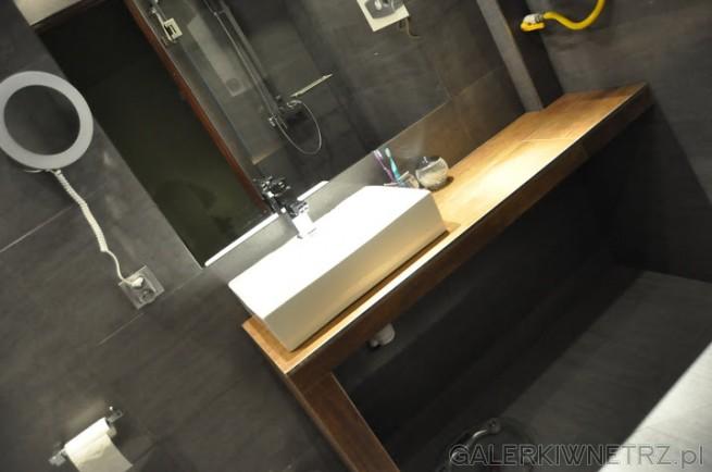 Łazienka grafitowa z brązową półką pod umywalką, projekt dla małej łazienki.