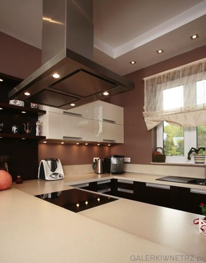 Blat kuchenny w kolorze be u przechodzi przez dwie for Projekty kuchni z salonem