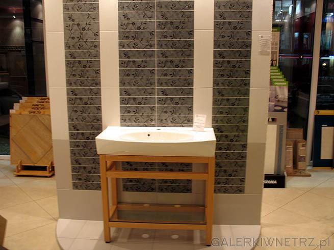 Ściana w łazience z ciekawymi kaflami. Drewniana szafkka pod umywalkę
