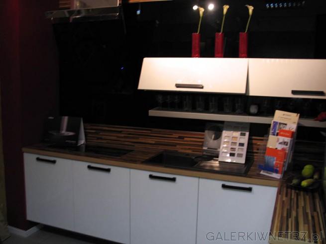 Blat kuchenny w stylu mozaiki przemysłowej. Szafki kuchenne białe, kontrast z czarnym