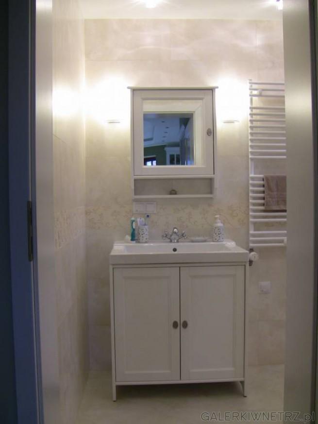 Romantyczna łazienka w bieli i ecru. Ściany wyłożone są płytkami w kolorze jasnego ...