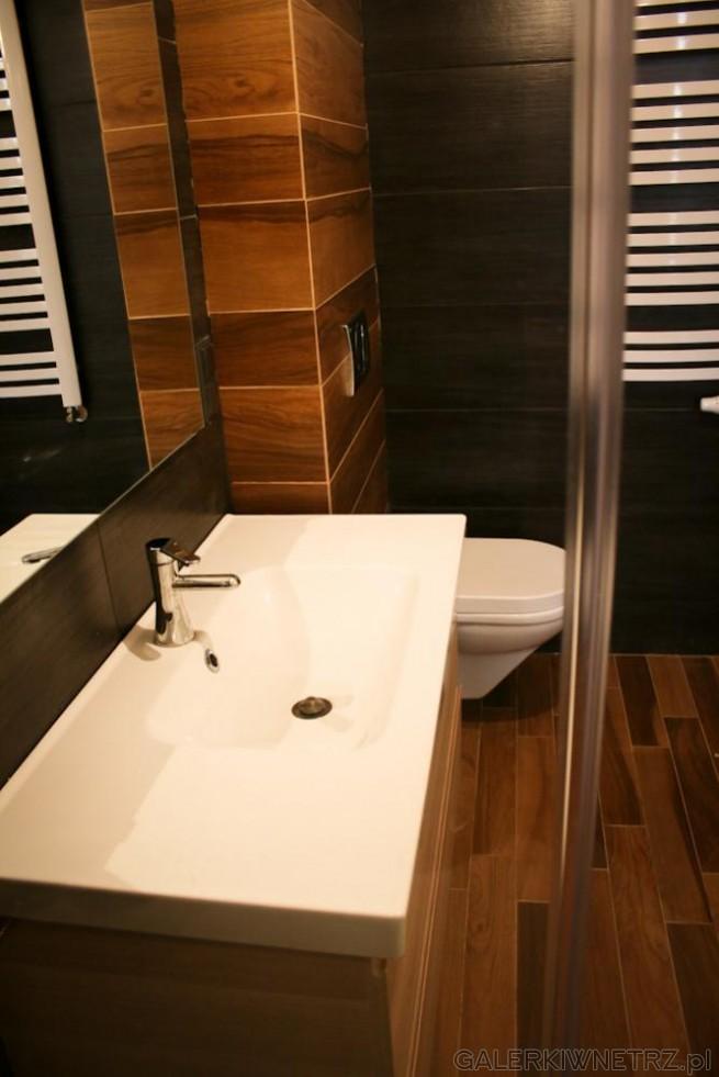 Dzięki dużej umywalce szafka pod nią jest też szeroka i zmieści siętam wiele drobiazgów ...
