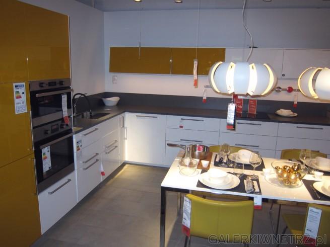 Piękna aranżacja kuchni w kolorze białym oraz bardzo modnym musztardowym. Takie ...