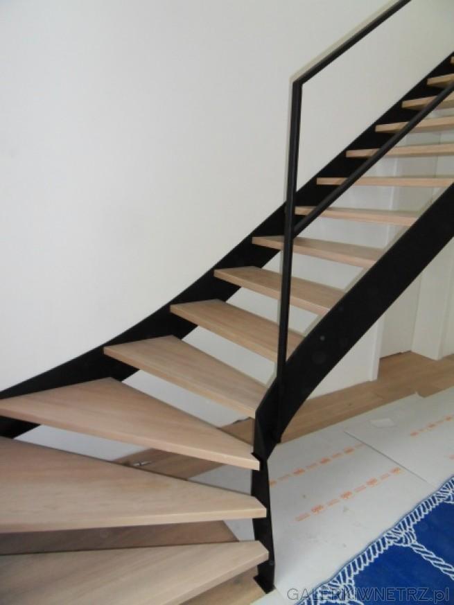 Proste klasyczny schody ażurowe, składające sięz bardzo jasnych stopni oraz czarnej ...