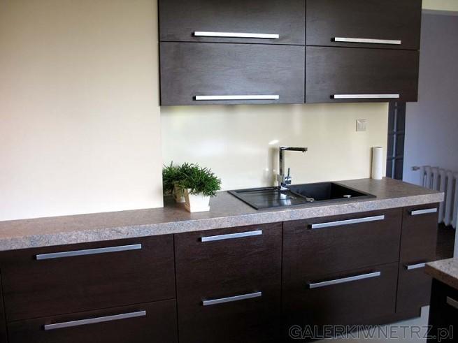 Druga ściana kuchni. Szafki to są na dole odsuwane szuflady, a na górze podnoszone ...