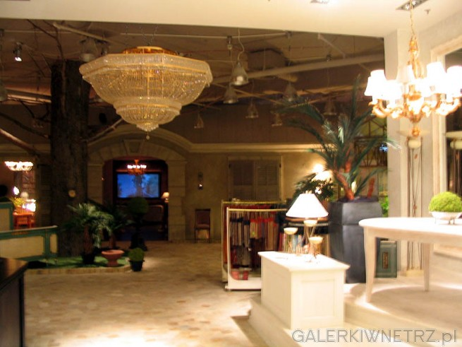 W Blue City jest właśnie salon mebli ekskluzywnych widoczny na zdjęciu.