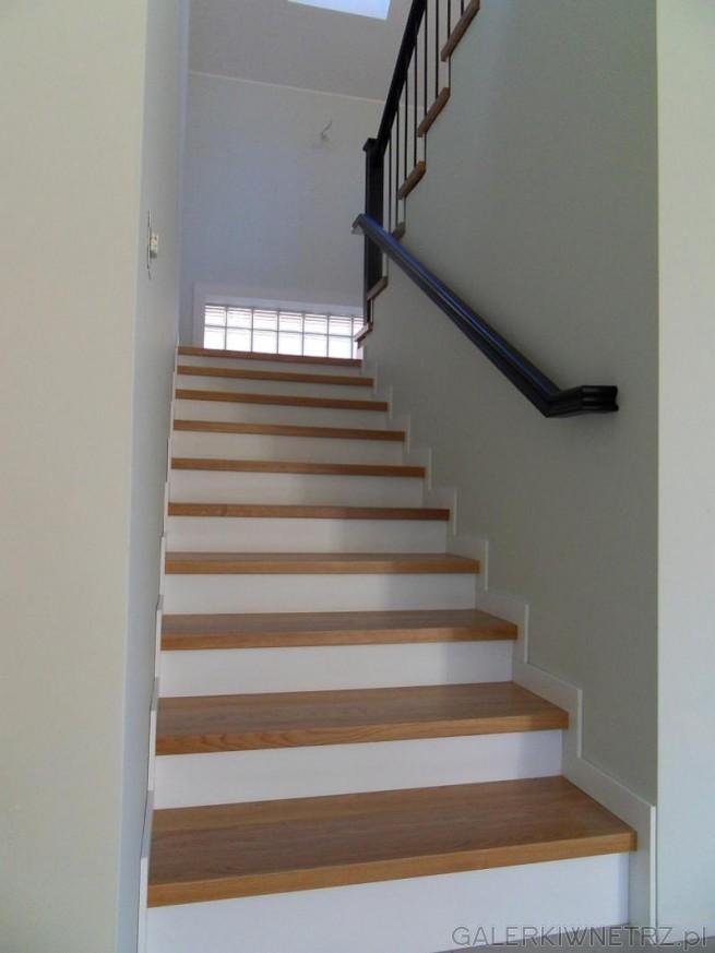 Klasyczne zabudowane schody z rodzaju dwubiegowych. Nakładka jest wykonana z jasnego ...