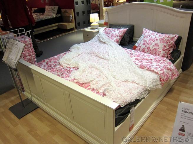 Łóżko w stylu rustykalnym z wysokim frontem.