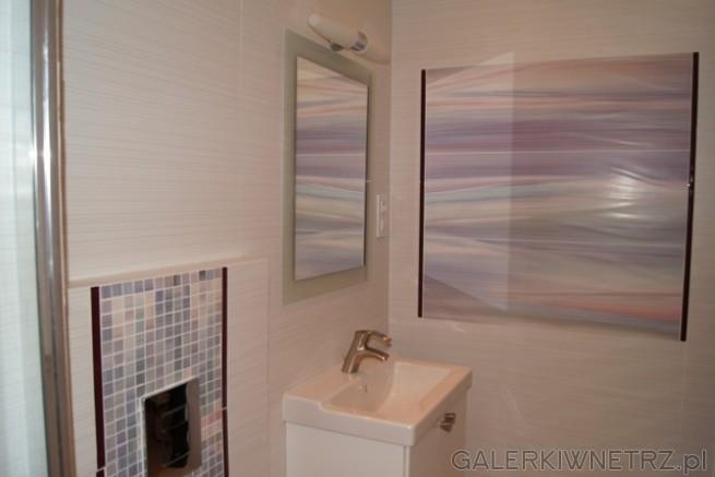 Dodatek do łazience w postaci obrazu kolorystycznie połączonego z mozaiką.