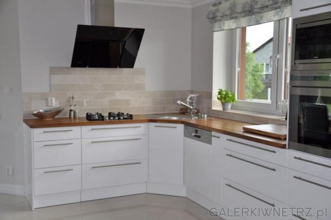 Dębowe blaty ożywiają i ocieplają sterylne pomieszczenie Okap łatwy w czyszc   -> Biala Kuchnia Bialy Okap