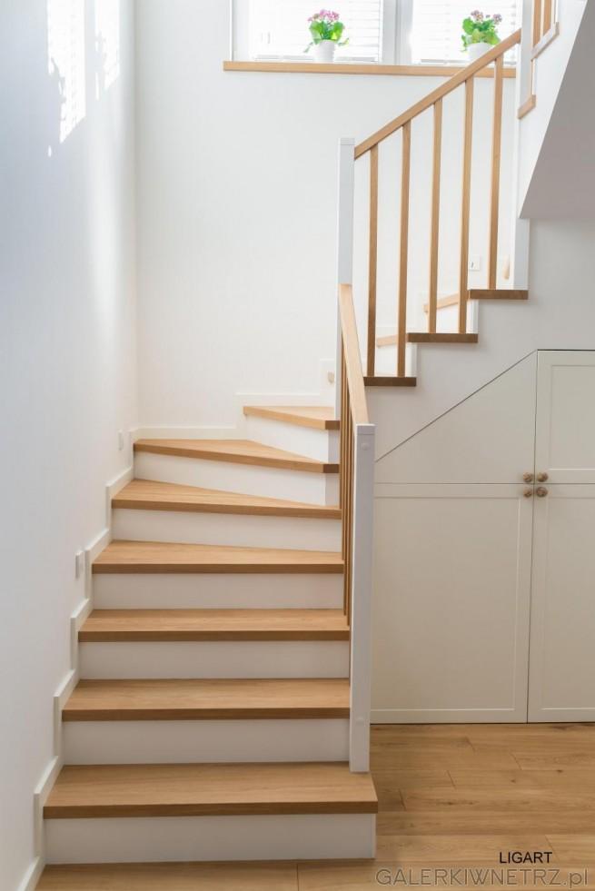 Prosty, elegancki projekt schodów w bieli i w jasnym drewnie. Stopnice wykonane ...