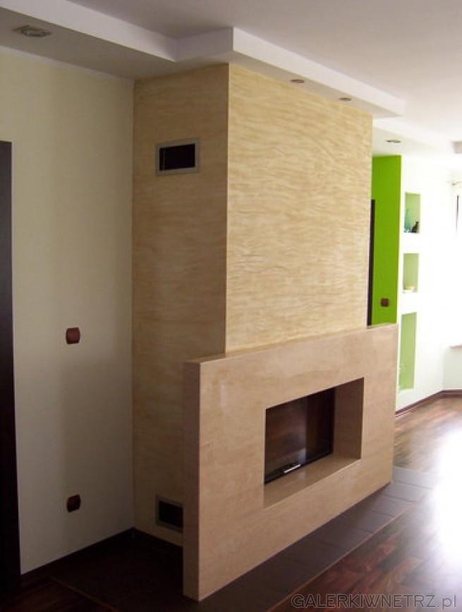 Prosty, minimalistyczny projekt kominka domowego z szerokim portalem. Wykorzystano ...