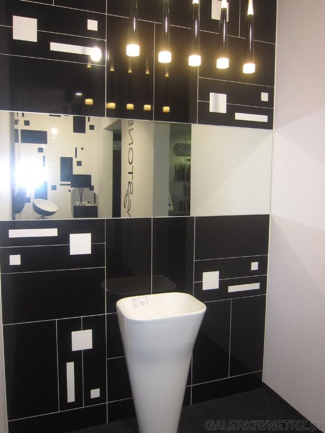 Aranżacja łazienki Akcess. Utrzymana w ciemnym kolorze, z nieregularnymi kształtami ...