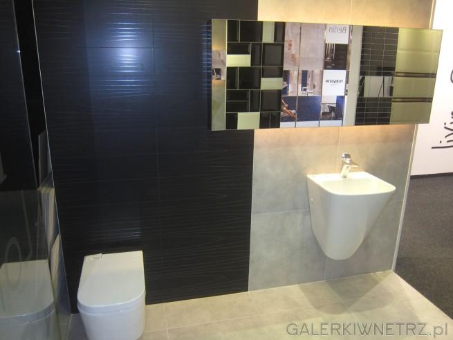 Aranżacja łazienki ze świetnym połączeniem jasnych i ciemnych kolorów, dzięki czemu ...