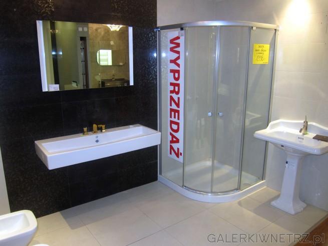 Aranżacja bardzo eleganckiej łazienki. Została zastosowana w niej podłużna umywalka ...