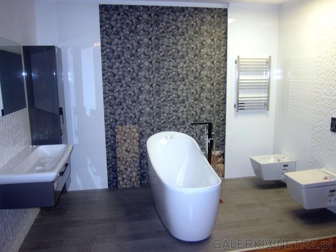 Przepiękna aranżacja łazienki Akcess z wanną wolnostojącą o niezwykłym kształcie ...