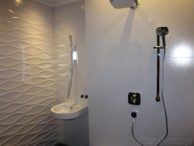 Minimalistyczna aranżacja łazienki utrzymana tylko w bieli. Prostota tej aranżacji ...