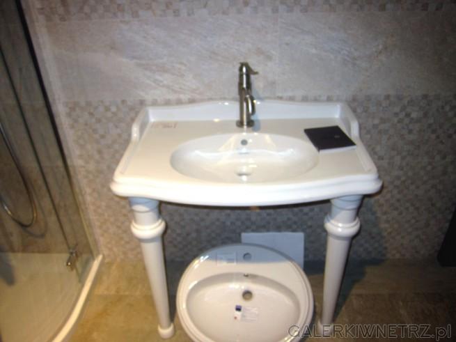 Niezwykła umywalka zastosowana w aranżacji łazienki. Ma piękny, ozdobny kształt, ...