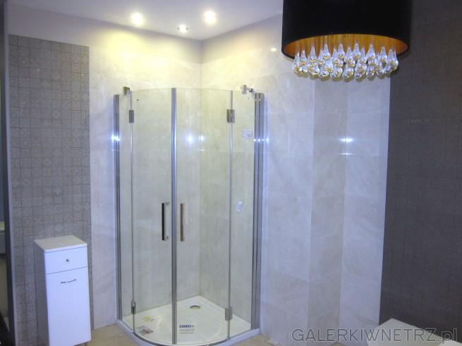 Zdjęcie eleganckiej łazienki w jasnej tonacji. W tej aranżacji znajduje się półokrągły, ...