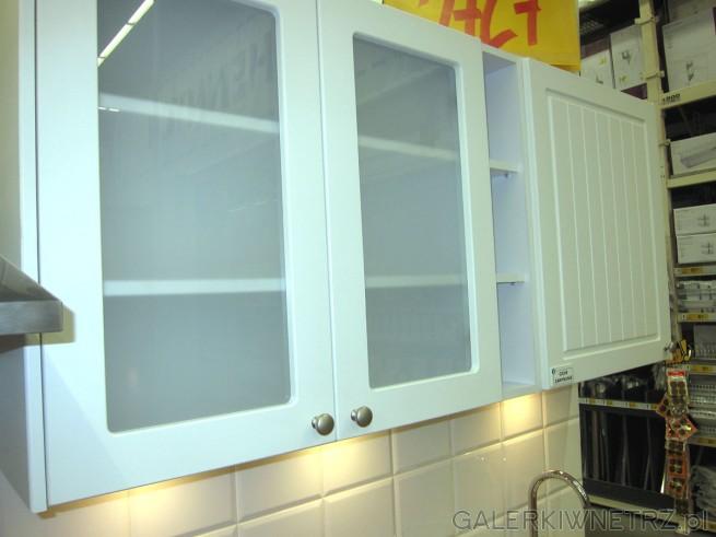 W kuchni PIANO znajdziemy ładne, proste szafki z przeszkleniami oraz z dwiema szufladami ...