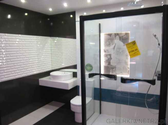 Bardzo elegancka aranżacja łazienki w czerni i biel. Bardzo interesująco wyglądajątu ...