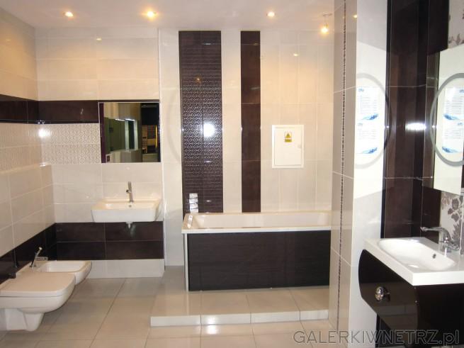 Duża, elegancka łazienka w ciepłych kolorach, w brązach i beżach. Na uwagę zasługują ...
