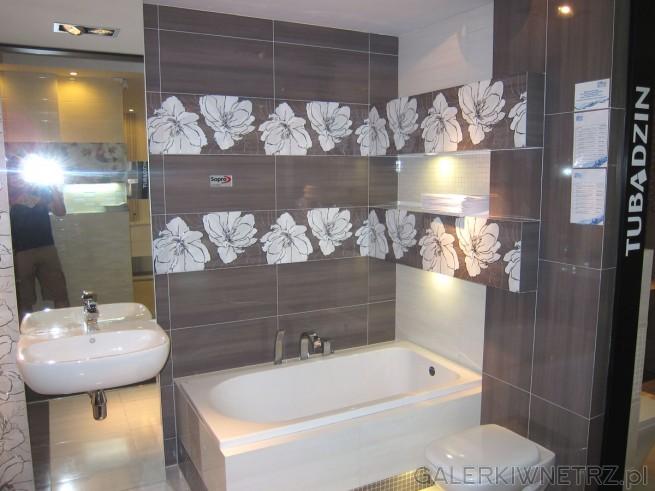 Bardzo ładna aranżacja łazienki w brązach, z ładnymi dekorami z motywami kwiatowymi. ...