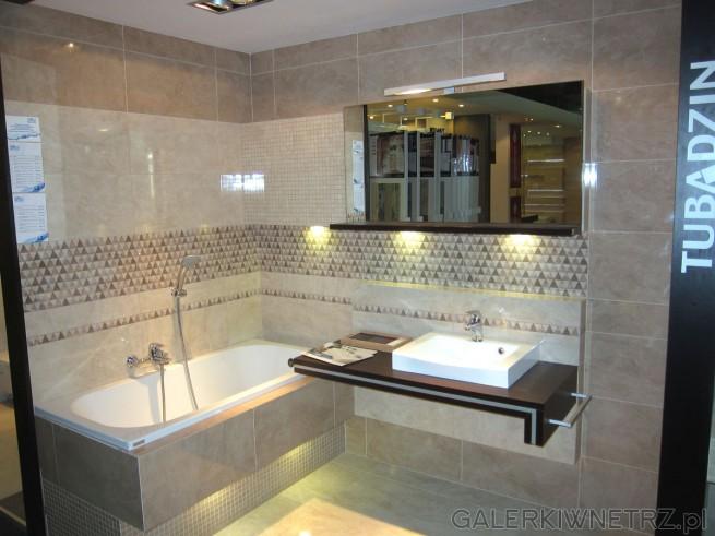 Ładna łazienka w bardzo stonowanej kolorystyce, gdzie dominują beże i brązy. W tej ...