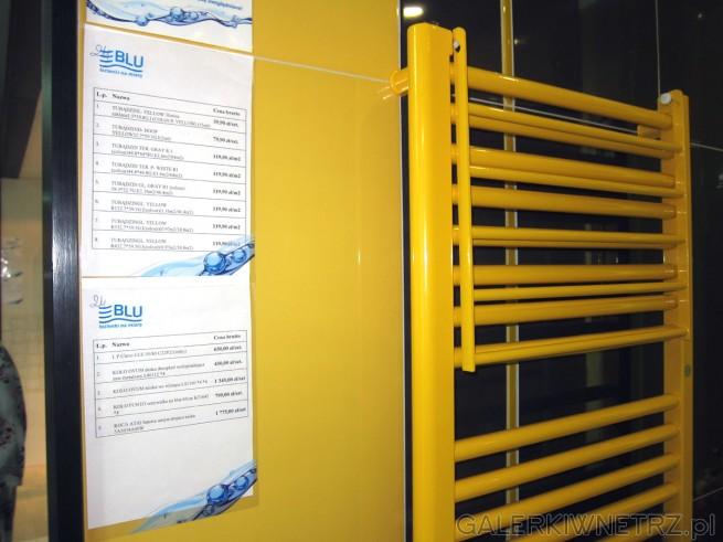 Żółta, intrygująca aranżacja łazienki. Zostały w niej wykorzystane: bardzo ładna ...