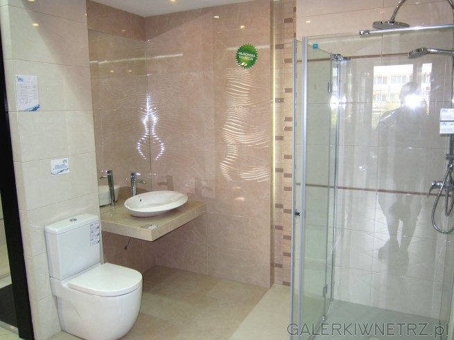 Ładna, stonowana łazienka w beżach. Wszystkie urządzenia sanitarne mają nowoczesny ...