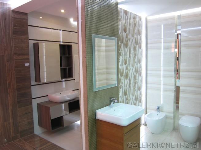 Propozycje dwóch aranżacji łazienek. Jedna, w której dominują zielenie, połączona ...