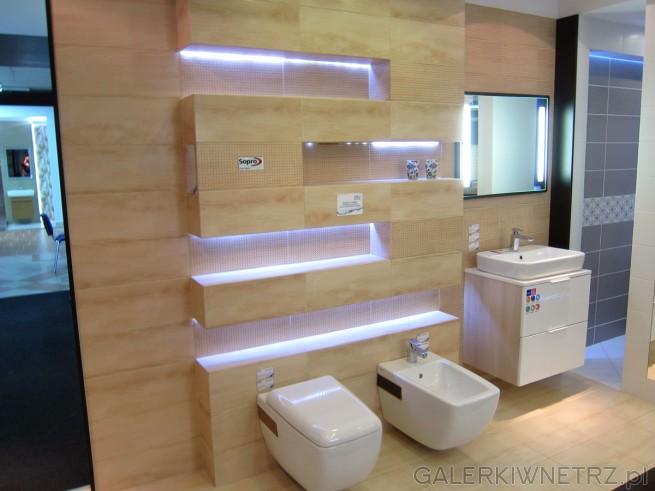 Zdjęcie łazienki utrzymanej w beżu. Bardzo ciekawe rozwiązanie na ścianie z nieregularnymi ...