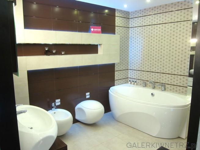 Ładna aranżacja łazienki w brązach i beżach, z wykorzystaniem płytek Opoczno. Kształt ...