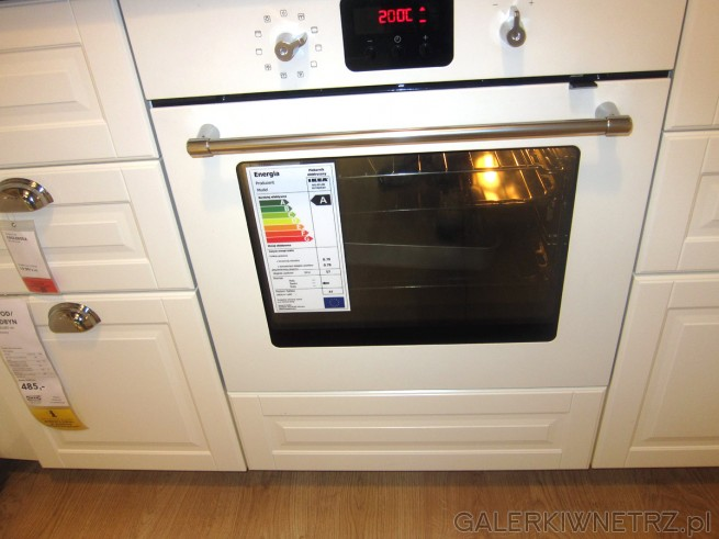 W tej aranżacji kuchennej znajduje siętakże biały piekarnik elektryczny RUTINERAD. ...