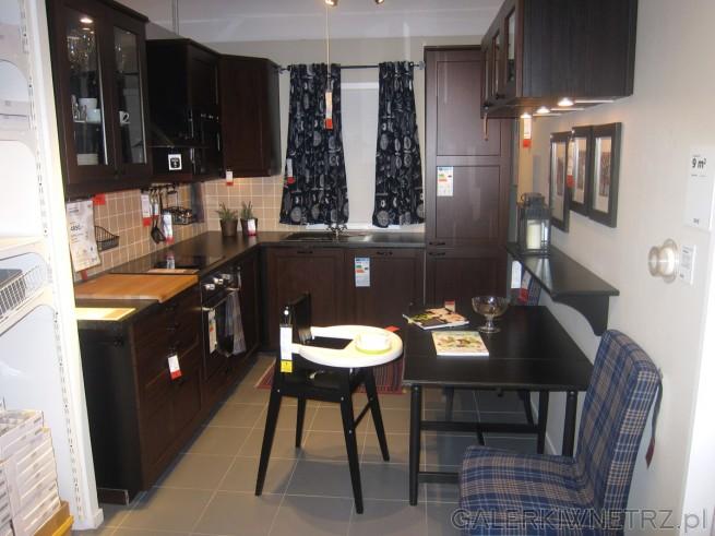 Niewielka kuchnia o powierzchni zaledwie 9m2. Ta aranżacja jest ciemna, elegancka. ...