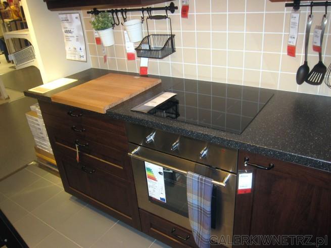 W tej aranżacji użyto wiele dodatków kuchennych, takich jak szyny na zawieszenie ...