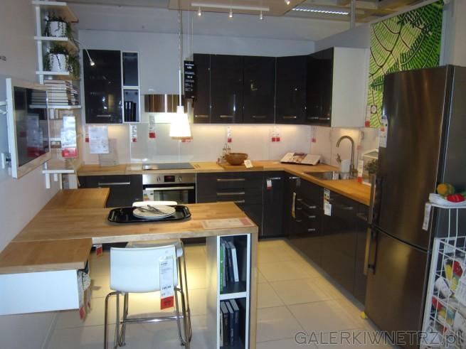 Aranżacja kuchni o powierzchni 10m2. Jest tu zachowana równowaga pomiędzy jasnymi ...