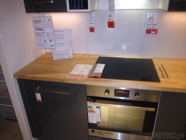 W kuchni RINGJULT znajdziemy jasnobrązowy blat oraz czarną   -> Kuchnia Ikea Udden
