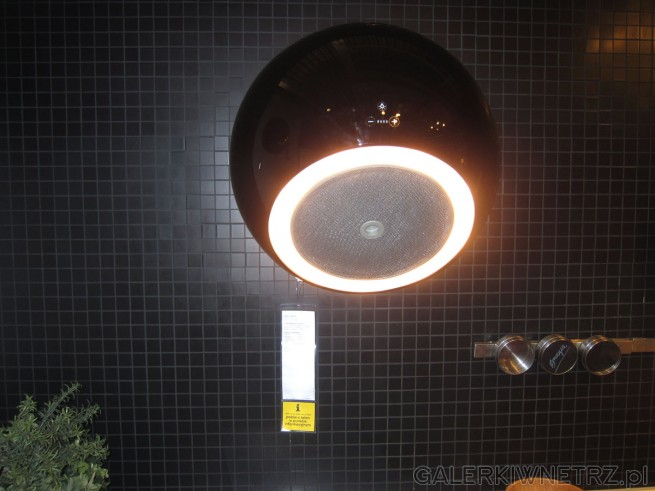 Niezwykły okap kuchenny przytwierdzony do ściany, pełni także funkcję oświetlenia. ...
