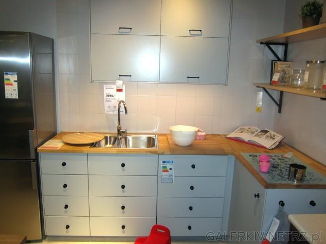 Aranżacja bardzo jasnej kuchni z szarymi szafkami i