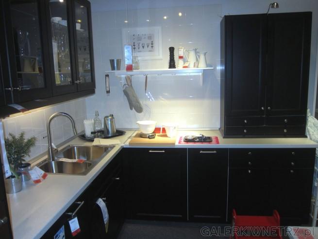 Ładna i prosta aranżacja kuchni na metrażu 10,5 m2. Ciemne meble są eleganckie, ...