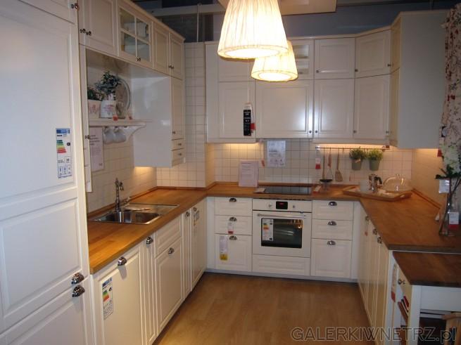 Ładna jasna kuchnia ze stylowymi szafkami i dodatkami Są   -> Kuchnia Kremowa Ikea
