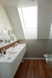 Łazienka na poddaszu w bieli z dodatkiem brązu i podłogą Noce Naturale By My Way