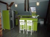 Kuchnia na poddaszu ze skosami i z orzeźwiającą zielenią - kuchnia w kolorze zielonym