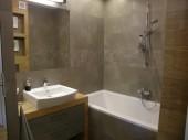 Prosta łazienka w kolorach szarości z płytkami Signum 12 Nowa Gala i Paradyż Woodentic Beige